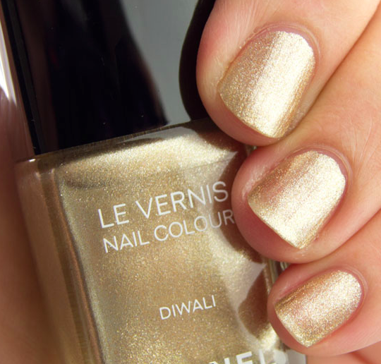 Metallic Gold Nail Polish: How To Accessorize Your Outfits With Metallic Nails