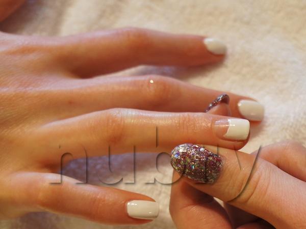 DIY-White-Winter-Wonderland-Ombre-Glitter-nails-10.jpg