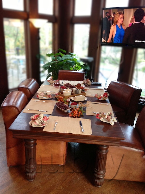 Here is a cozy table setting with natural elements, pops of color, and sisel - perfect for breakfast!