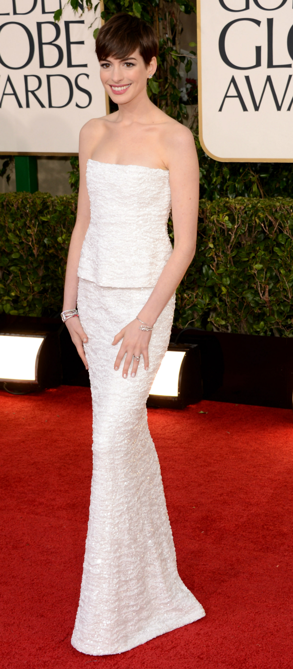 Anne Hathaway in her Chanel gown and caviar nails