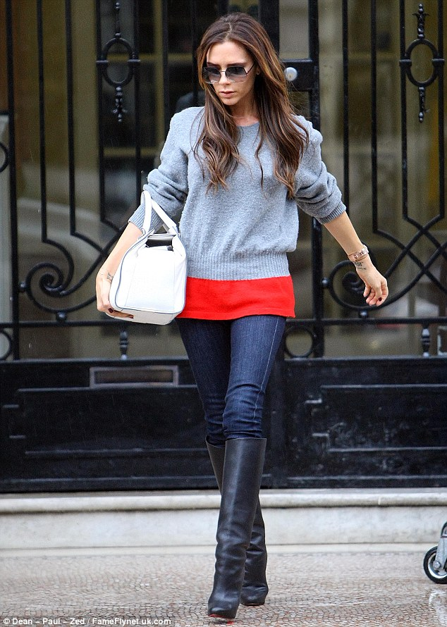 Victoria beckham carries het tote from the bottom oversized clutch