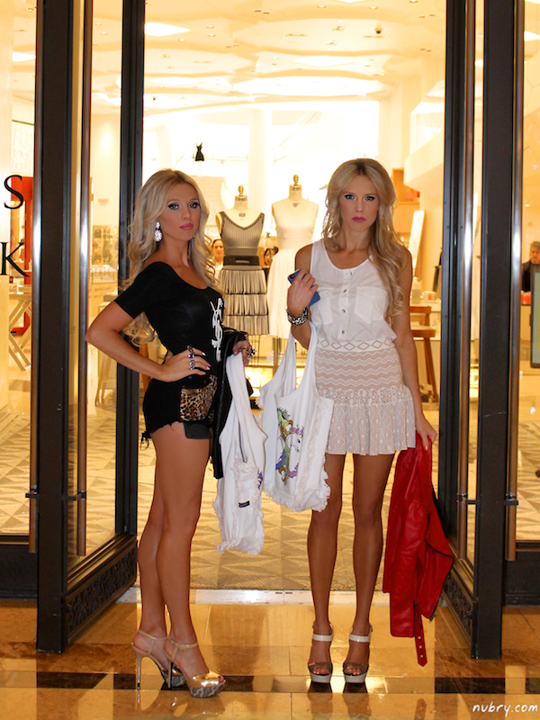 britt and gretchen hackmann of Nubry - Palazzo Hotel For Carnevale - Wearing Singer 22 5 (1)