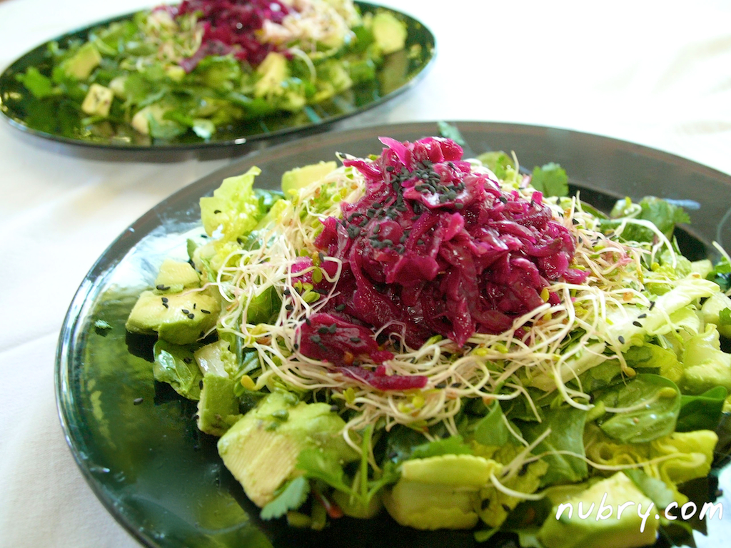 easy plant based lunch - nutrient rich salad recipe - pink sauerkraut and sprouts - packed to go for work 3 (1)