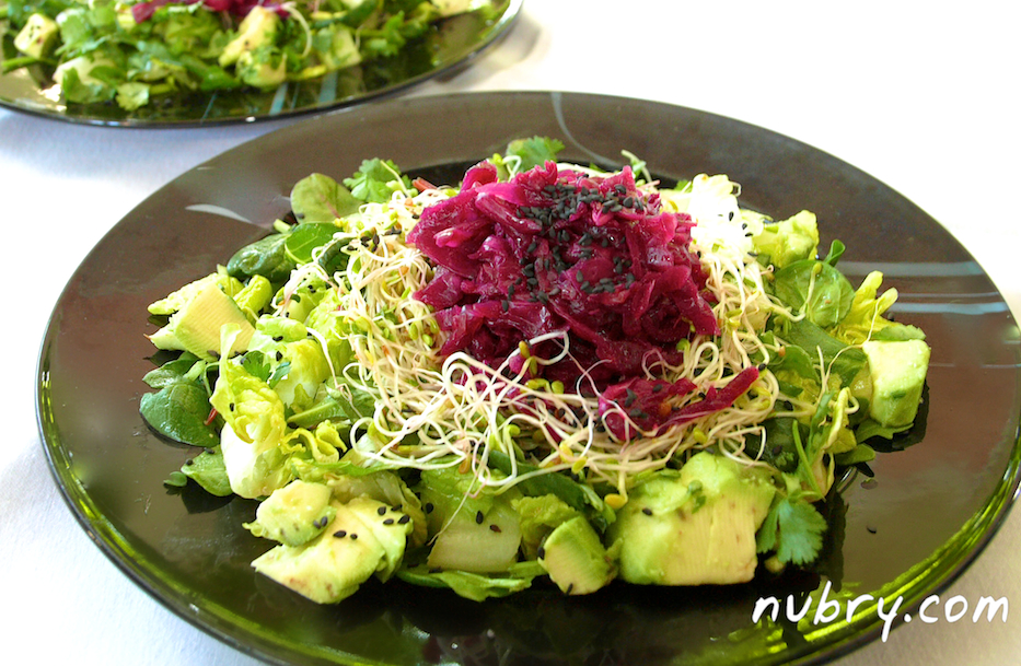 vegan salad recipe - plant based lunch - nutrient rich salad recipe - pink sauerkraut and sprouts - packed to go for work 4 (1)