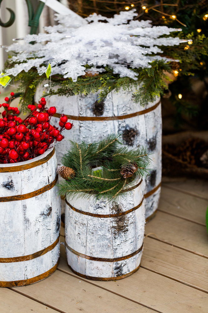 Outdoor Christmas Decoration Ideas - holiday display with barrels