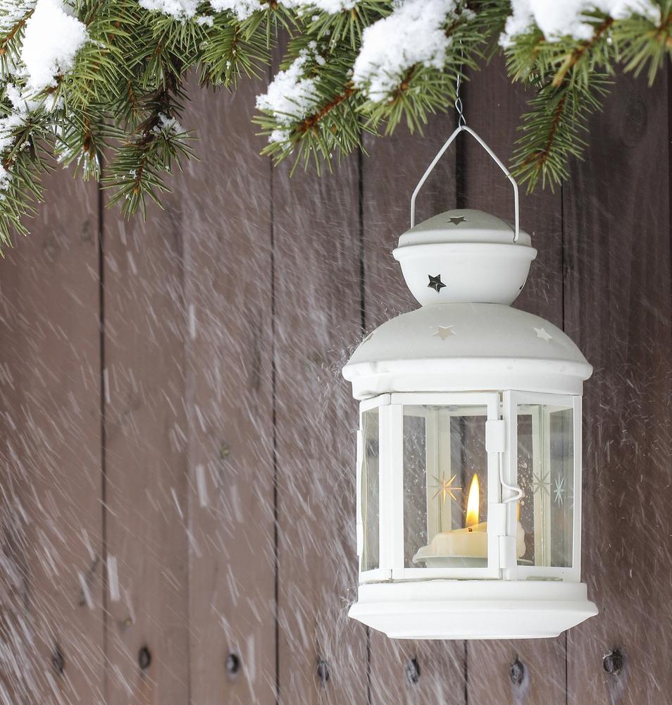 Outdoor Christmas Decoration Ideas - lantern lined wreathway